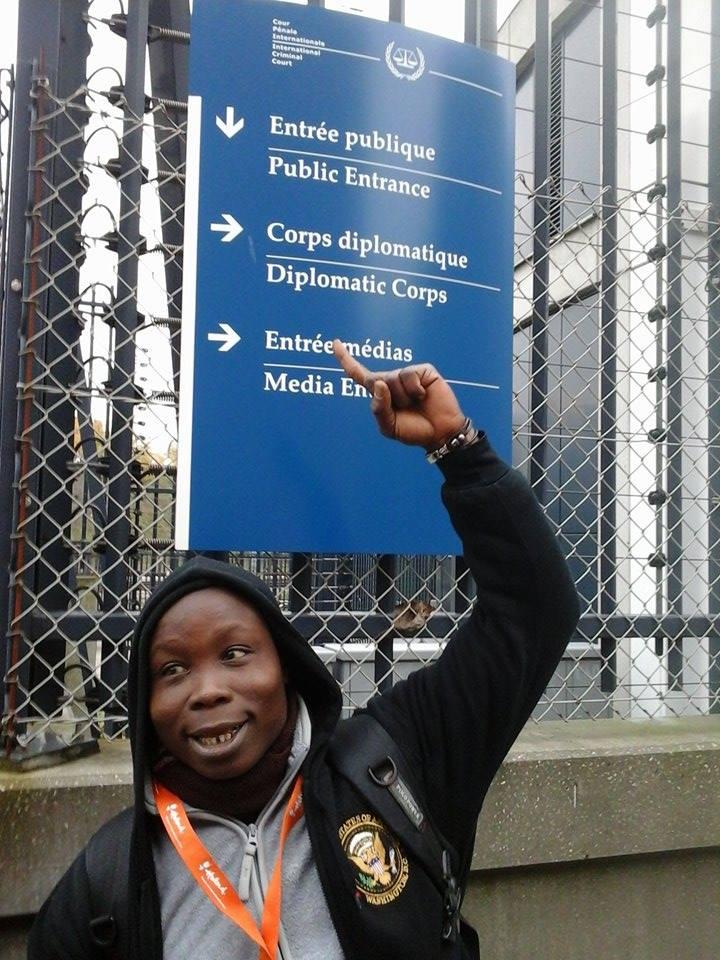 Le Blogueur Daouda Coulibaly à l'entrée du siège de la CPI, crédit photo : M. Zoro