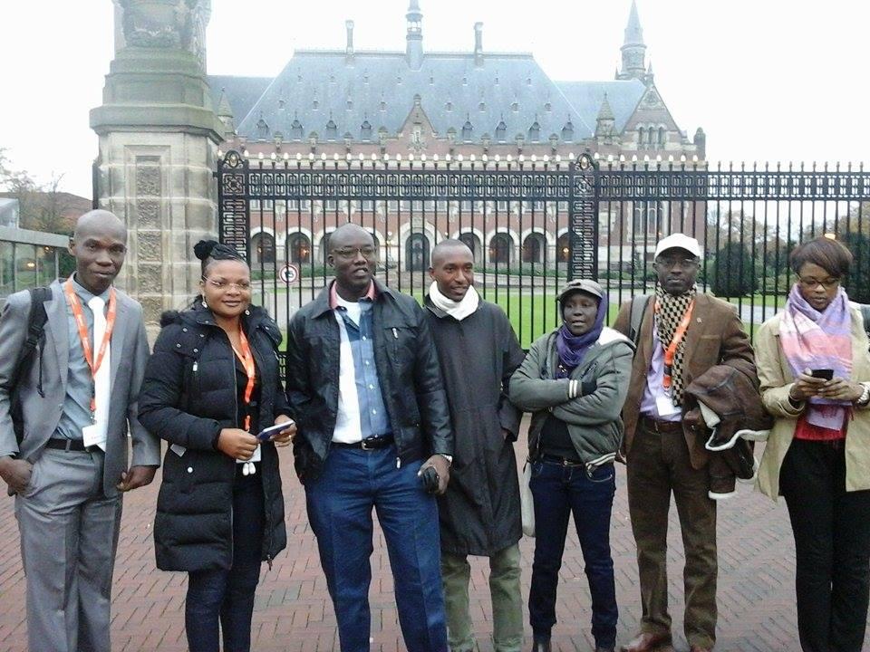 Quelques participants au Projet Paix et Justice à l'entrée du Palais de la Paix, à la Haye, novembre 2014, crédit photo : Maxence Peniguet