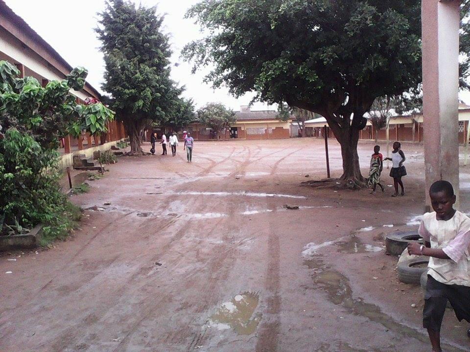 """Le centre de vote du """"groupe scolaire Mosquée"""" du quartier """"Wassakara"""" à Yopougon, aux environs de 14h GMT, crédit photo : Magloire Zoro"""