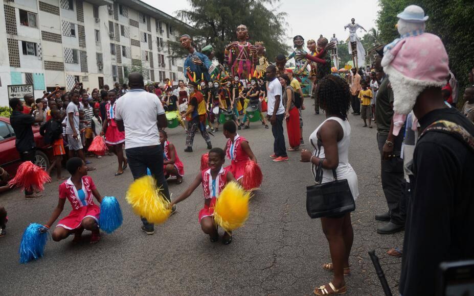 Les festivaliers au cours de la parade, en route pour le village de Blockauss. Crédit photo : Magloire Zoro