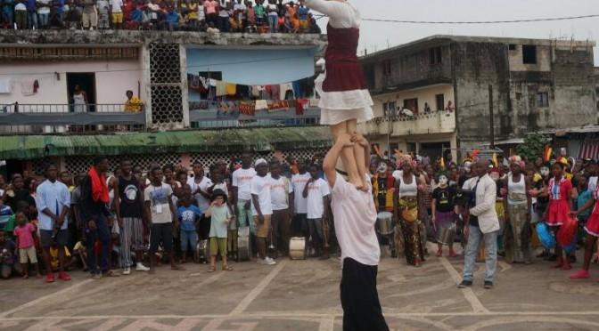Spectacle jeune public : La parade du Festival International de Pâques pour Rêves d'Enfants a tenu ses promesses