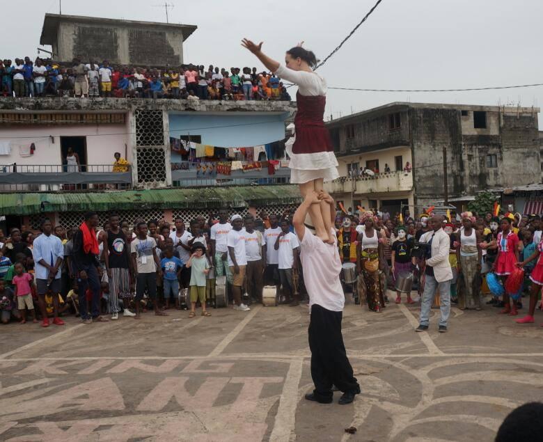 La place publique du village a dû refuser du monde. Au centre, la Famille Goldini offre au public une petite démonstration. Crédit photo : Magloire Zoro