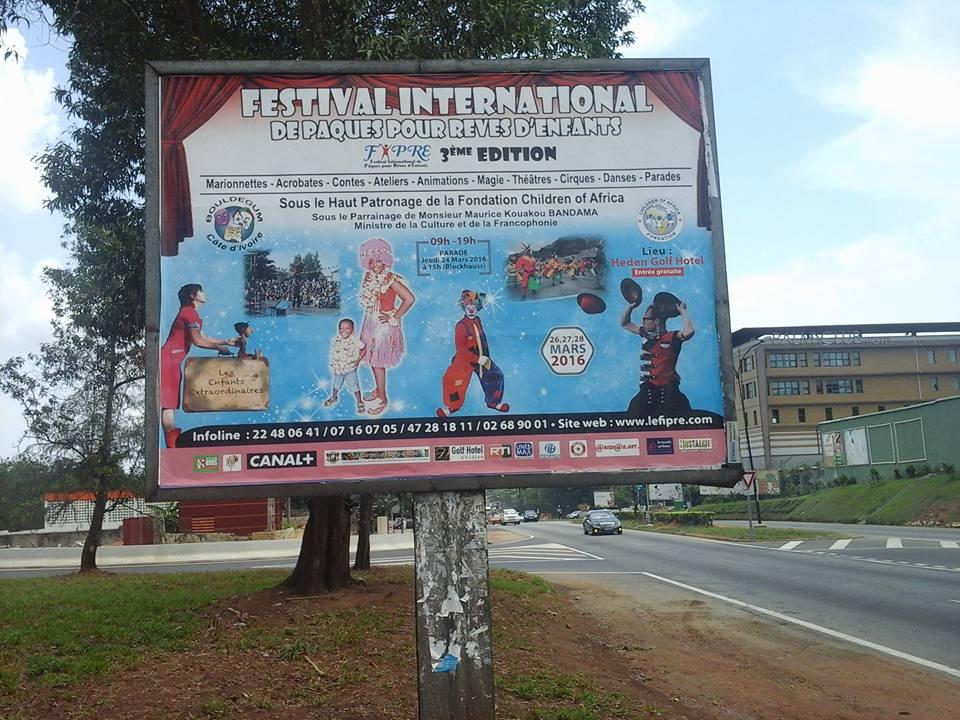 L'une des Affiches du FIPRE sur le boulevard Latrille, à Abidjan, Cocody. Crédit photo : Magloire Zoro