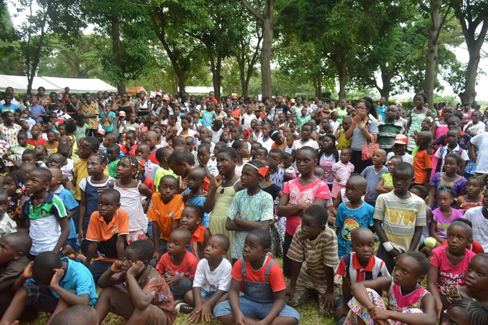 Les touts petits émerveillés au cours d'une prestation, à l'occasion du FIPRE 2015, à Heden Golf Hôtel d'Abidjan (photo d'archive utilisée juste à titre d'illustration)