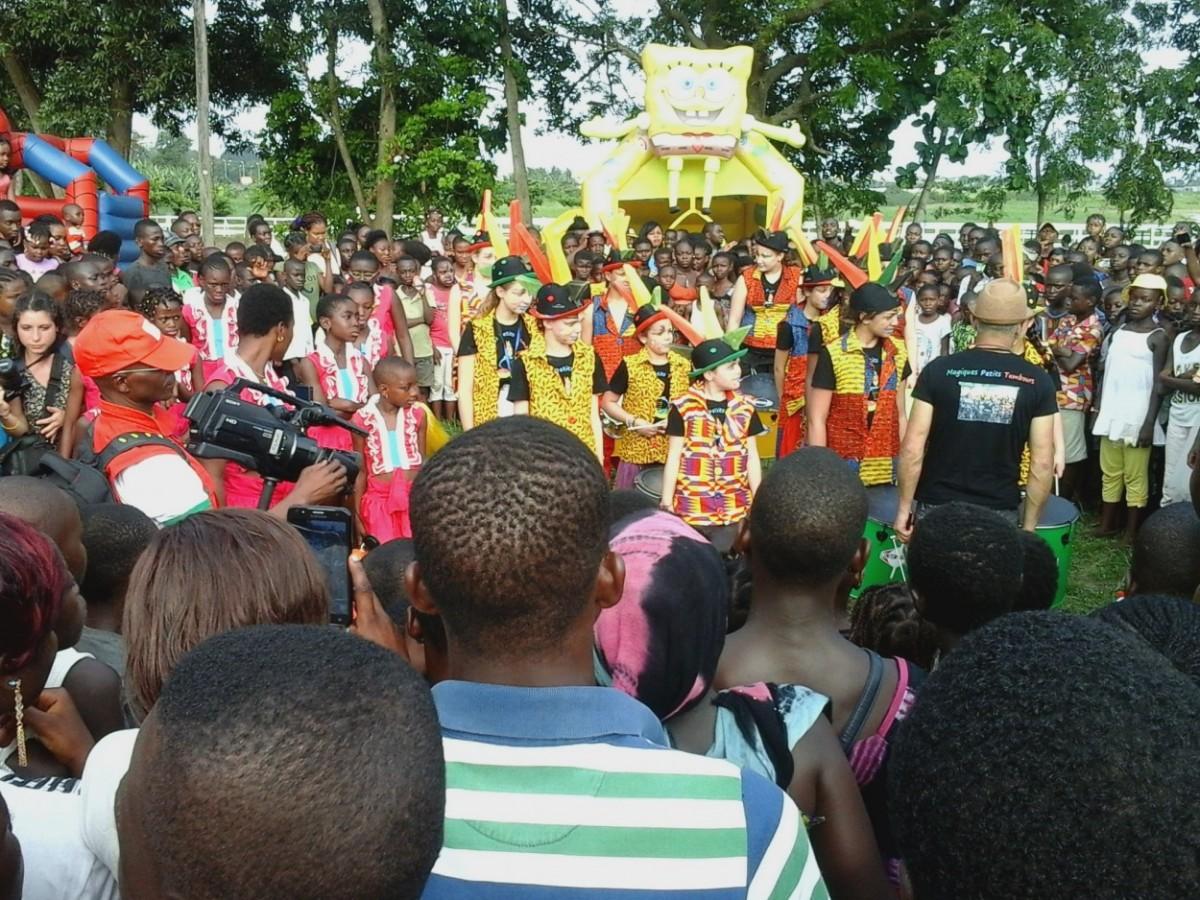 Le dernier show offert par les Magiques Petits Tambours à Heden Golf Hôtel d'Abidjan, à un public qui en demandait de plus en plus. Crédit photo : Magloire Zoro