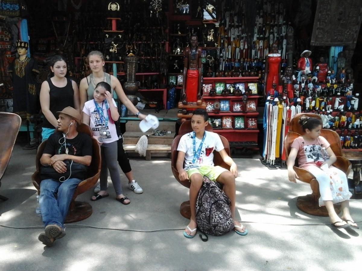 Une petite pause au marché des objets d'arts de Cocody. Crédit photo : Magloire Zoro