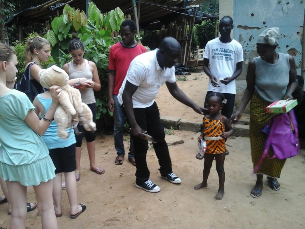 Les Magiques Petits Tambours font des heureux dans un village situé en plein cœur de la forêt du Banco, et peu connu des populations. Crédit photo : Magloire Zoro