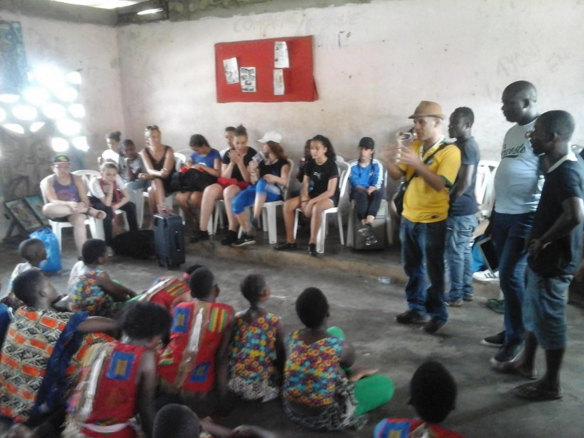 """Mouhss s'entretenant avec les enfants du centre artistique """"Krimbo"""". Crédit photo : Magloire Zoro"""