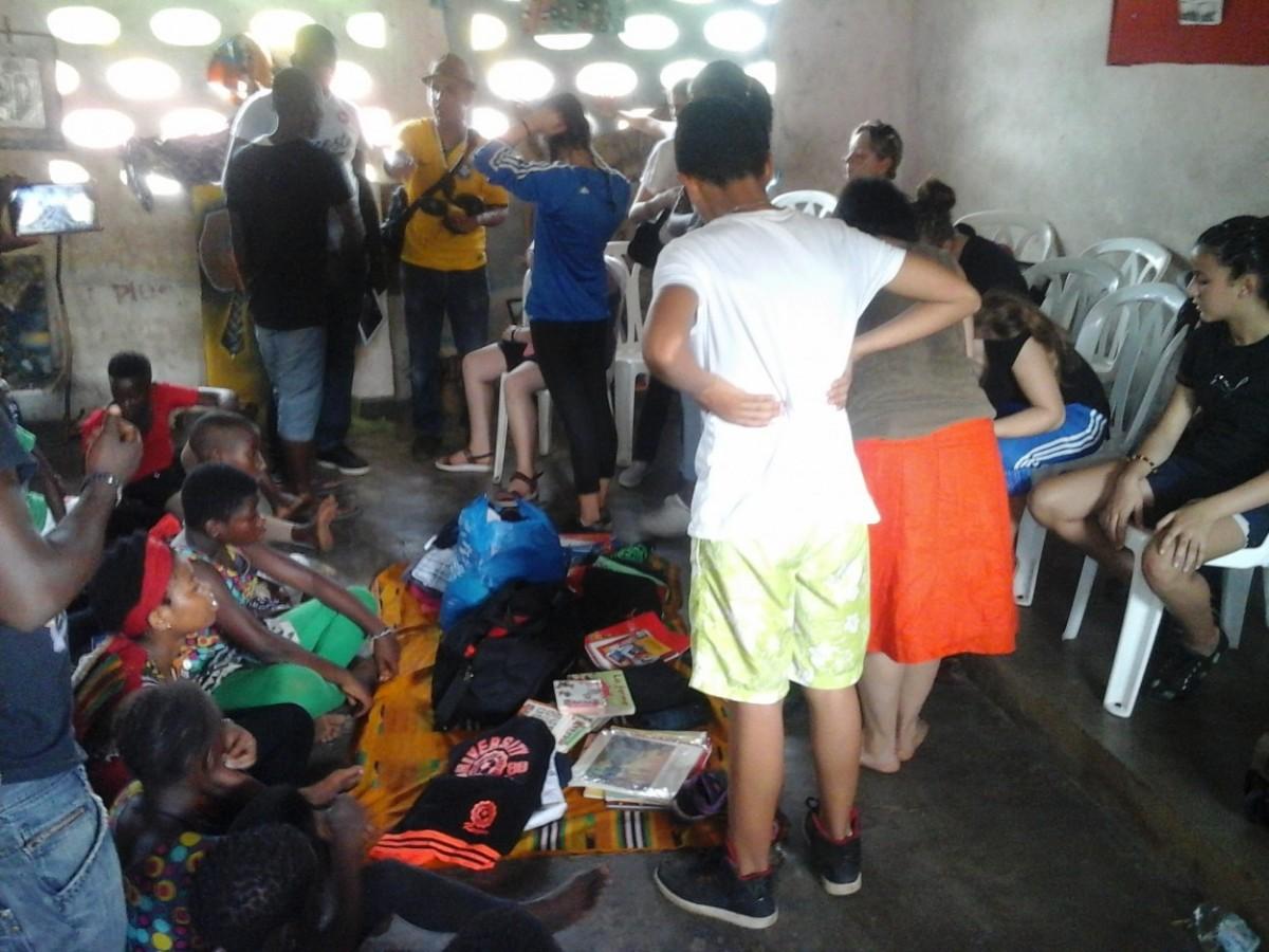"""Une vue des présents offerts aux enfants du centre artistique """"Krimbo"""". Crédit photo : Magloire Zoro"""