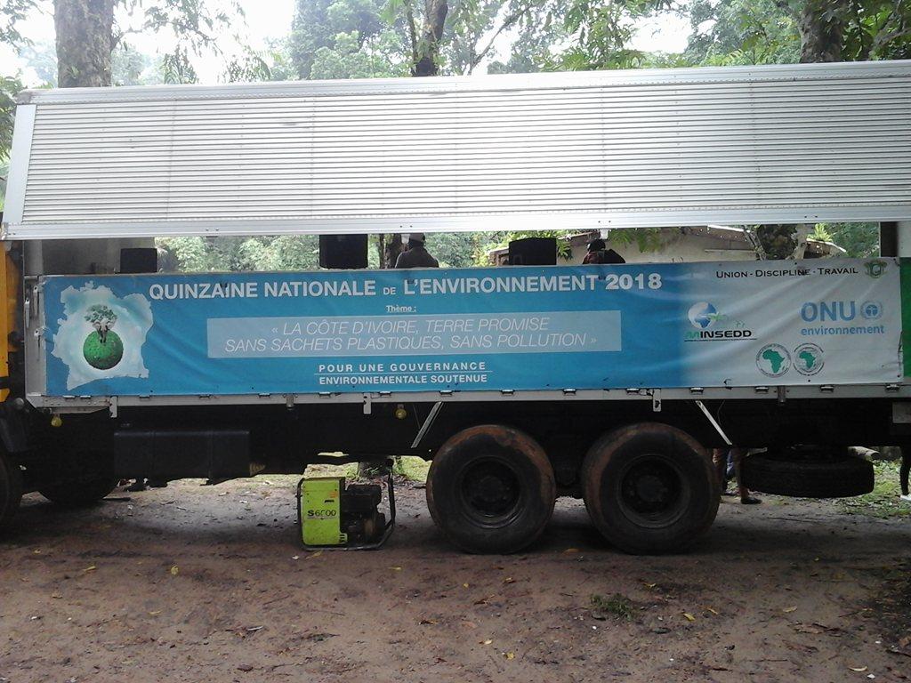 Camion podium utilisé pour la sensibilisation des populations. Crédit photo : M.Z.