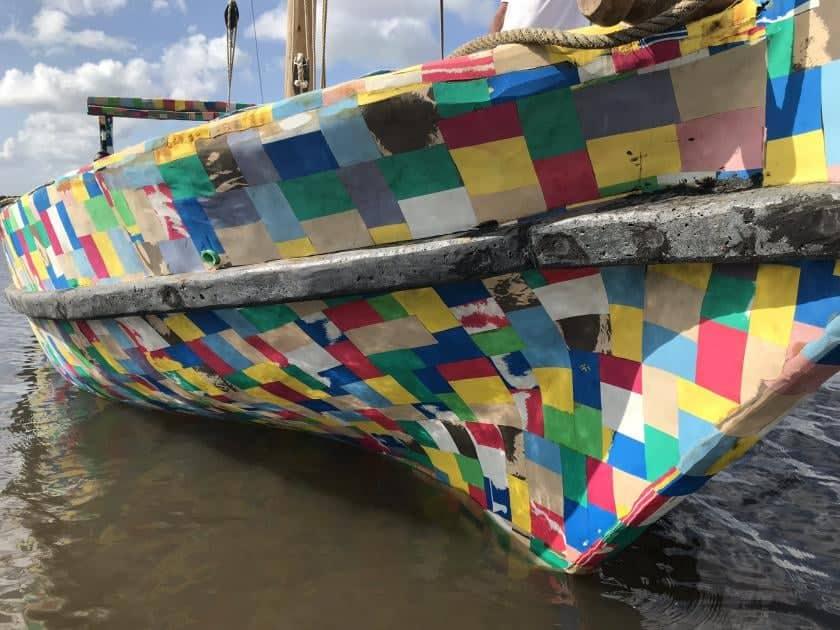 Le Flipflopi, un bateau fabriqué en Afrique de l'Est et qui vaut 10 tonnes de plastiques recyclés. Crédit photo : ONU Environnement